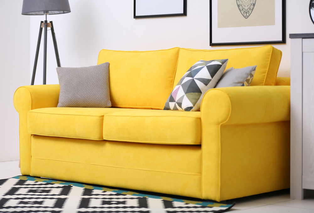sofá amarelo (sala de estar)