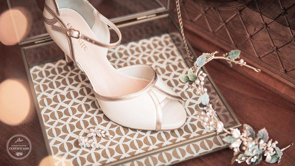 b08029bb9 Foto: Arquivo Lejour. Tão relevante quanto o vestido, o sapato do casamento  ...
